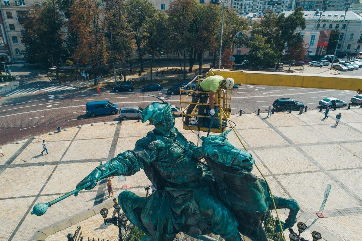В Киеве помыли памятник Богдану Хмельницкому